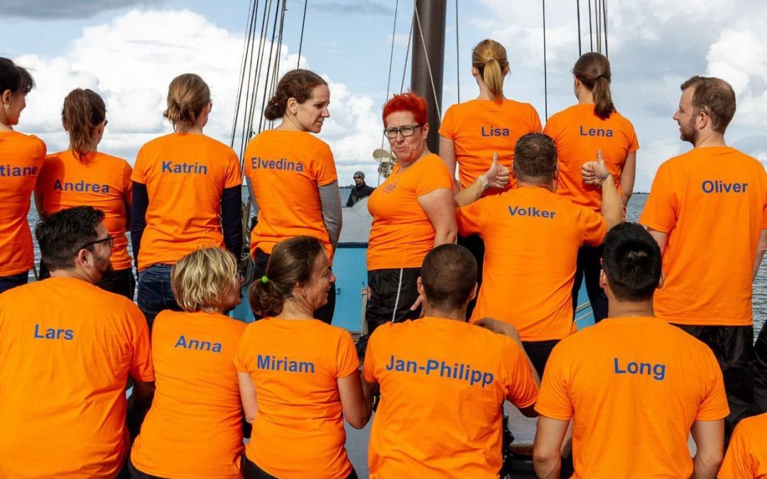 Dialego Team auf dem Segelschiff
